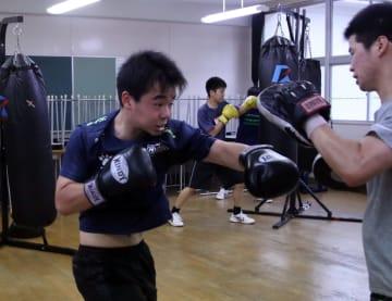 団体6連覇を目指して練習に励む長崎鶴洋=長崎市、長崎鶴洋高