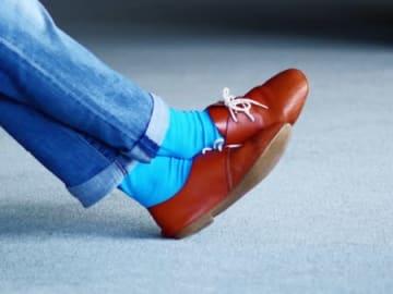 「旅の靴下」をコンセプトにしたコラボ商品「トリップスコット」。鮮やかな色使いが特徴だ(マチトキ提供)