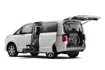 三菱 新型デリカ D:5に福祉車両が登場 サイドムービングシート仕様車を設定