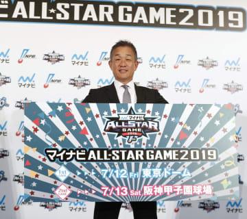 「マイナビオールスターゲーム2019」の記者会見で、パネルを手にする西武の辻監督=23日、東京都内のホテル