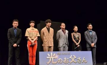 写真左から野口照夫氏、佐久間由衣さん、坂口健太郎さん、吉田鋼太郎さん、山本舞香さん、山本清史氏。