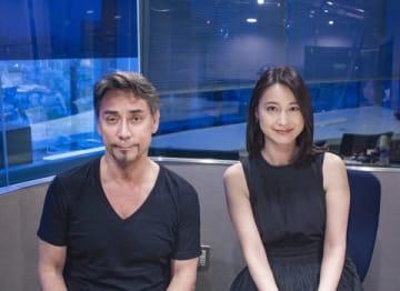 J-WAVEのラジオ番組「SAPPORO BEER OTOAJITO」に出演するクリス・ペプラーさん(左)と小川彩佳さん