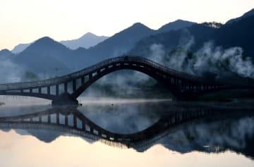 朝日を浴びる竜川村 安徽省績渓県