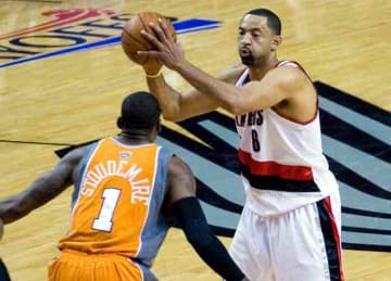 Description: English: w:Juwan Howard against w:Amar'e Stoudemire Date 25 April 2010 Source: https://www.flickr.com/photos/beeeelove/4553791266/ Author: R. Bradley Maule (Wikipedia)