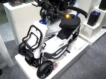 個性的なリア1輪の3輪の外観デザインの電動3輪モビリティのコンセプト「ESMO」、車体後方にあるのがホンダの電動バイクでも使う交換可搬式バッテリー「モバイルパワーパック」