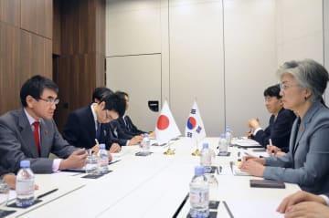 韓国の康京和外相(右端)と会談する河野外相(左端)=23日、パリ(共同)