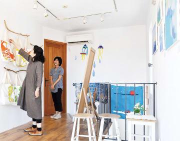 展示は絵画から小物まで多彩