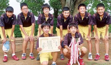 優勝し笑顔の北中ソフトテニス部の選手たち