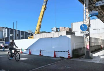 来年5月末ごろの営業開始を目指し、工事が行われているスーパーホテルの建設地(京都府舞鶴市浜)