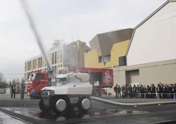 ロボット消防隊の放水ロボ=3月、東京都調布市