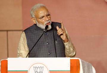 23日、インド・ニューデリーで演説するモディ首相(ロイター=共同)