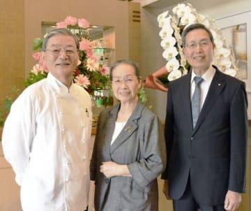 50年の歴史を作ってきた(左から)鎌田守男総料理長、阪とし子専務、阪泰彦会長=さいたま市大宮区のアルピーノ
