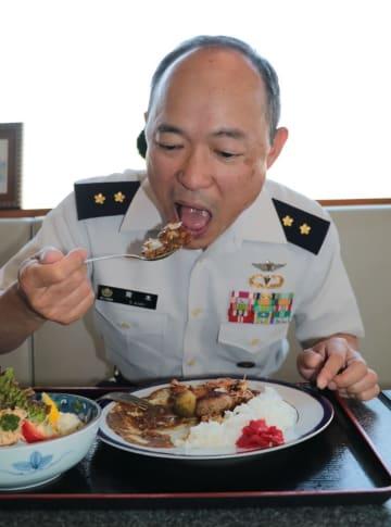 水陸機動団カレーを試食する青木団長=長崎県佐世保市、五十鈴うどん