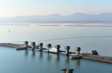 長崎県の国営諫早湾干拓事業の堤防排水門。手前は有明海、奥は調整池