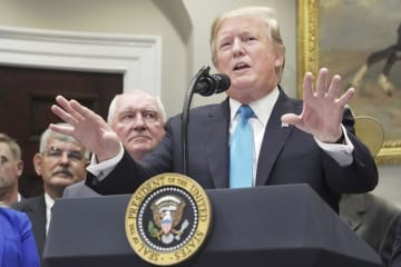 23日、米ホワイトハウスで話すトランプ大統領(ゲッティ=共同)