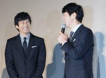 顔を見合わせて笑う西島秀俊さん(左)と佐々木蔵之介さん
