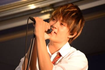 歌舞伎町シネシティ広場で行われた映画「小さな恋のうた」の公開前夜祭フリーライブイベントに登場した「M!LK(ミルク)」の佐野勇斗さん