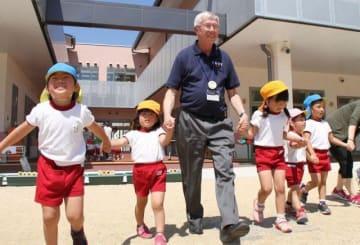 園児と踊りを楽しむビーミッシュ市長=成羽こども園