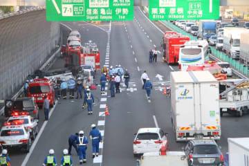 名神高速草津ジャンクション付近の事故現場。乗用車が横転している(24日午後5時55分、滋賀県草津市笠山5丁目)