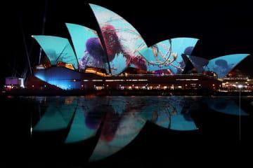 ライトアップされたオペラハウス=24日、オーストラリア・シドニー(ゲッティ=共同)