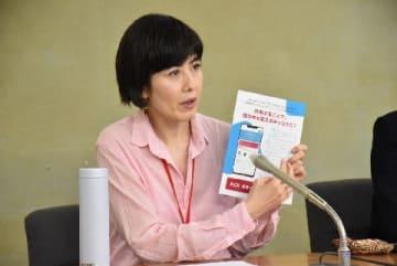 会見に参加した小島さん(5月24日、編集部撮影、東京都)