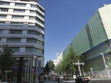 再開発が動き始める(右は現在解体中の丸栄ビル、左は栄町ビル)