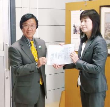 古屋理事長(左)が平塚盲学校に訪れた