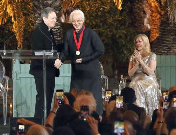 プリツカー賞を授与する式典で握手する磯崎新さん(中央)=24日、パリ近郊のベルサイユ宮殿(共同)