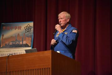 勉強の大切さを強調する元宇宙飛行士のジョン・A・マクブライドさん=水戸市三の丸