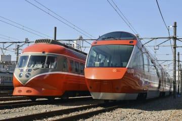 展示された小田急電鉄の特急ロマンスカー「3000形」(左)と「70000形」=25日午前、神奈川県海老名市