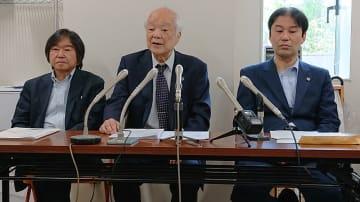 7月の最高裁弁論決定を受け、今後の展望を説明する馬奈木弁護団長(中央)ら=福岡高裁