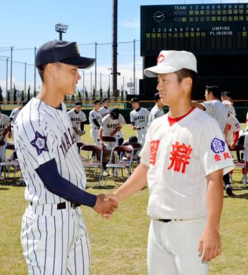 試合前に握手を交わす今治北高と智弁学園の主将