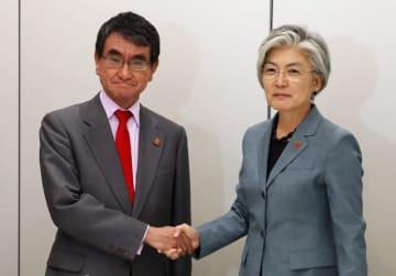 日韓外相会談での河野太郎外務大臣(左)と康京和外務大臣(右)(写真:AP/アフロ)