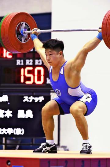 男子73キロ級 優勝した宮本昌典のスナッチ=岩手県奥州市・江刺中央体育館