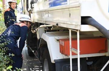 車両の装備などを点検する消防隊員ら=24日、大阪市大正区