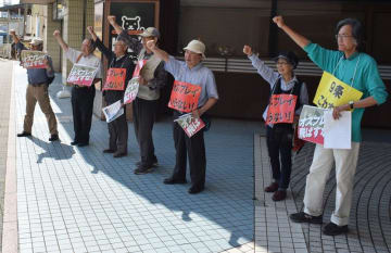 オスプレイ配備に反対する「オスプレイ来るな いらない住民の会」のメンバー=24日午前、JR木更津駅前
