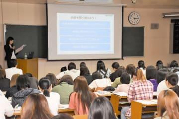 講義に耳を傾ける学生たち=佐賀市の佐賀女子短期大学