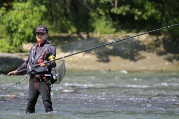 6月1日の漁解禁を前に相模川で行われたアユの試し釣り=25日午前、相模原市