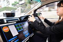 住宅街の公道を走る自動運転の乗用車=2017年11月7日、=神戸市北区筑紫が丘