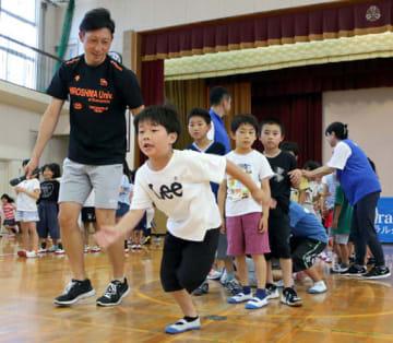松田さん(手前左端)からスタートのこつを教わる児童