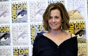 リドリー・スコット監督のSF映画『エイリアン』の40周年を記念して、シリーズ全作品のブルーレイ・コンプリートBOXが発売された。出演したシガーニー・ウィーヴァーは当時を回顧し、低予算映画になると思っていたと話した。2017年7月21日、サンディエゴで撮影 - (2019年 ロイター/Mario Anzuoni)