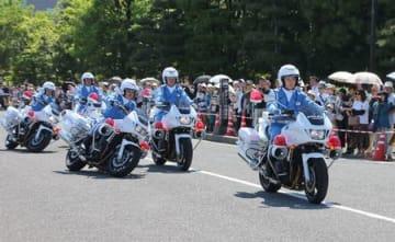 視閲式で白バイのデモ走行を披露する県警の交通機動隊=25日、県庁