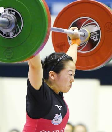 女子59キロ級 優勝した安藤美希子のスナッチ=江刺中央体育館
