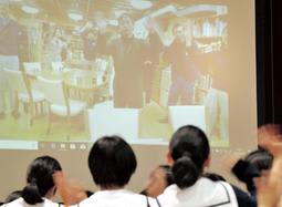 南極地域観測隊員の菊田勝也さん(画面中央)に向け、最後に生徒たちが手を振った=自由が丘中学校