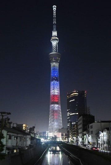 トランプ米大統領の来日に合わせ、星条旗をイメージした色にライトアップされた東京スカイツリー=25日夜、東京都墨田区