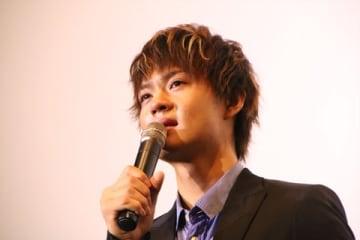 映画「小さな恋のうた」の公開記念舞台あいさつに登場した佐野勇斗さん