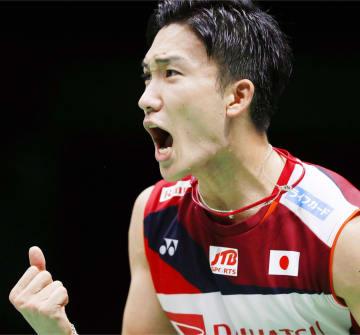 準決勝 インドネシア戦でポイントを奪い、雄たけびを上げる男子シングルスの桃田賢斗=南寧(共同)