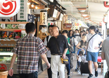 多くの観光客らでにぎわう箱根湯本駅前 =25日、箱根町湯本