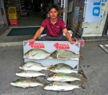 那覇一文字で64.5センチ、3.45キロのタマンを釣った新垣克さん=7日