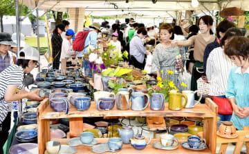 作家の個性が光る食器や花器がずらりと並んだ陶器市=5月25日、福井県越前町小曽原の越前陶芸村